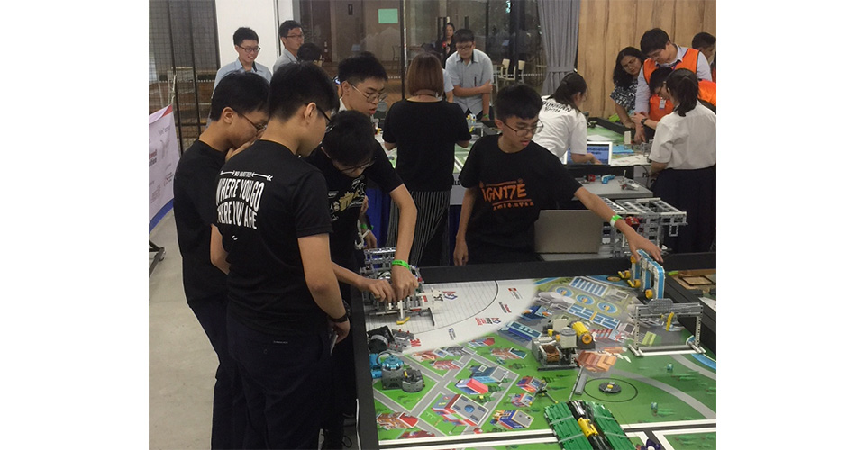 2. FLL team in action
